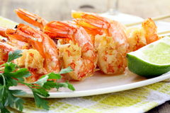 Apronte para comer o camarão grelhado foto de stock royalty free