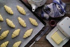 Apronte para cozer croissant da manteiga da massa folhada no ajuste rústico Foto de Stock Royalty Free