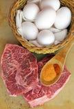 Apronte para cozinhar o bife e ovos lisos do ferro Imagens de Stock Royalty Free
