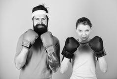 Apronte para lutar Homem e mulher em luvas de encaixotamento Conceito do esporte do encaixotamento Acople o encaixotamento pratic fotos de stock