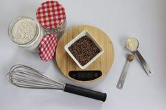 Apronte para o cozimento, a escala e os ingredientes imagens de stock