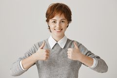 Apronte para ser produtivo super hoje Mulher bonita positiva do ruivo com sardas que sorri amplamente na câmera quando fotografia de stock