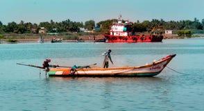 Apronte para travar peixes um pescador no arasalaru do rio perto da praia karaikal fotografia de stock