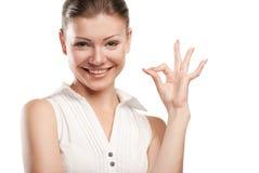 Aprovação bonita da sinalização da mulher nova Fotografia de Stock Royalty Free