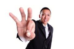 Aprovação da mostra do homem de negócios do sorriso Fotos de Stock Royalty Free