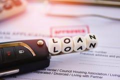 Aprovação de empréstimo/formulário de pedido de empréstimo financeiro para o emprestador e devedor para o carro com chave e calcu imagem de stock