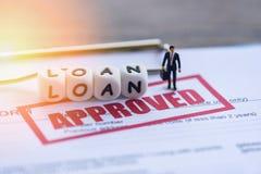 Aprovação de empréstimo/situação financeira do homem de negócios no formulário de pedido de empréstimo para o emprestador e o dev foto de stock