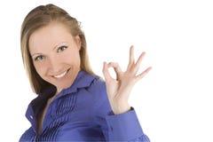 APROVAÇÃO de sorriso da exibição da mulher foto de stock