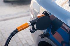 Aprovisionar de combustible el coche imágenes de archivo libres de regalías