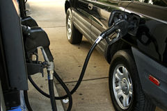 Aprovisionar de combustible el coche Fotografía de archivo