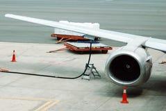 Aprovisionar de combustible los aviones Foto de archivo