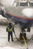Aprovisionar de combustible los aviones Imagen de archivo libre de regalías