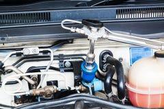 Aprovisione de combustible encima del vehículo del gas natural (NGV) en la gasolinera Imagen de archivo