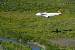A aproximação d dos montes de pedras RWY 33 de Tiger Airways Australia A320 e o mar Seisia de Arafura encalham o cabo York Austrá Fotografia de Stock Royalty Free