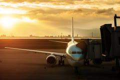 Aproximação do avião comercial à pertença de carregamento antes da partida f fotografia de stock royalty free