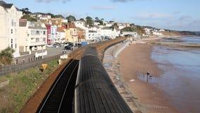 Aproximação do trem rápido vista da ponte na cidade inglesa britânica da costa de Dawlish Devon England video estoque