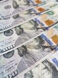 a aproximação empilhou 100 notas de dólar Foto de Stock Royalty Free
