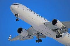Aproximação final de WestJet Boeing 767-300ER C-FOGT a Toronto Pearson fotos de stock