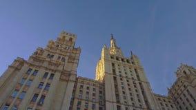 Aproximação lisa à construção com arquitetura bonita Arranha-céus de Stalin filme