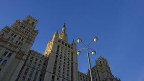 Aproximação lisa à construção com arquitetura bonita Arranha-céus de Stalin video estoque