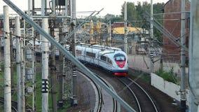 Aproximação moderna do trem de alta velocidade video estoque