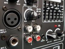 aproximando os botões e os conectores de um console, de um fundo e de uma textura audio imagem de stock