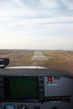 Aproximando a pista de decolagem Imagens de Stock