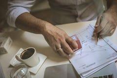 Apruebe el documento con el sello Hombre de negocios joven foto de archivo libre de regalías
