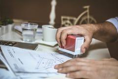 Apruebe los documentos usando sello Cierre para arriba foto de archivo libre de regalías