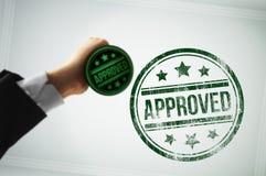 Apruebe un documento con un sello verde imagenes de archivo