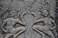 Apsara在吴哥窟,柬埔寨墙壁上雕刻了  免版税库存照片
