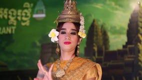 Apsara舞蹈家在餐馆在暹粒,柬埔寨 股票录像