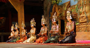 Apsara舞蹈家跪 免版税库存图片