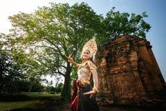 Apsara跳舞的美丽的女孩 免版税库存图片