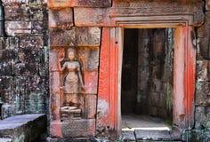 Apsara και πόρτα μέσα σε Angkor wat Στοκ Εικόνες