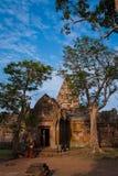 Apsara dansare i forntida tempel för gammal en khmer Arkivbilder