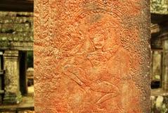Apsara dansarebasrelief på den forntida Angkor templet Arkivbilder