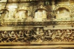 Apsara dansarebasrelief på den forntida Angkor templet Arkivfoton