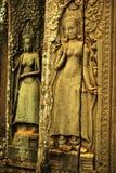 Apsara dansarebasrelief på den forntida Angkor templet Arkivfoto