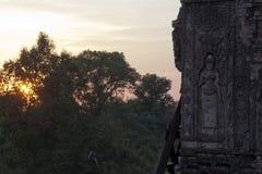 Apsara que cinzela com por do sol sobre a selva pre no Rup um templo hindu do século X foto de stock