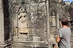 Apsara que cinzela no templo de Bayon, Angkor, Camboja fotos de stock