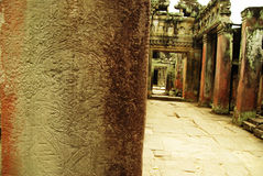 Apsara-Tänzerflachrelief auf altem Angkor-Tempel Stockbilder