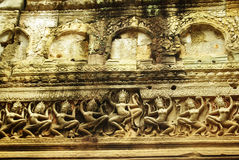 Apsara-Tänzerflachrelief auf altem Angkor-Tempel Stockfotos