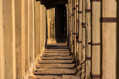 Apsaras在墙壁上的老高棉艺术雕刻在Angor Wat寺庙 免版税库存图片