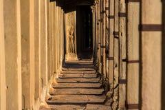Apsaras carvings velhos de uma arte do Khmer na parede no templo de Angor Wat imagem de stock royalty free