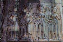 Apsaras carvings velhos de uma arte do Khmer na parede no templo de Angor Wat Imagem de Stock