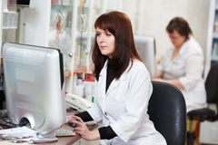 Apteka chemika kobieta w aptece Obrazy Stock