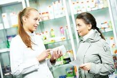 Apteka chemika ordynacyjna kobieta w aptece zdjęcie stock