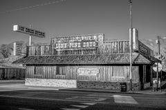Apteka w historycznej wiosce Samotna sosna MARZEC 29, 2019 - SAMOTNY SOSNOWY CA, usa - zdjęcia royalty free