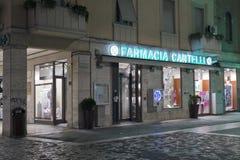 Apteki Cantelli pokaz przy nocą w Rimini, Włochy Obrazy Stock